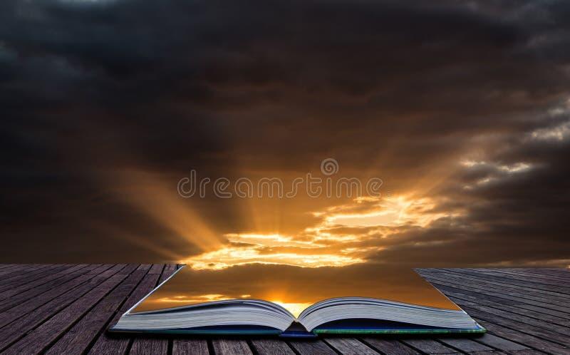 Idérik begreppsbild som bedövar dramatisk solnedgång s för vibrerande sommar royaltyfri fotografi