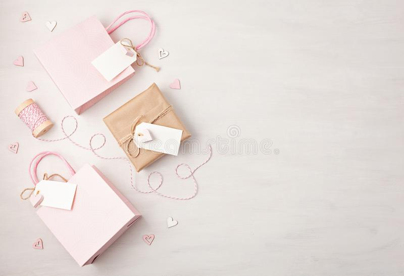 Idérik bild av den gåvapåsen och asken med den tom etiketten, hjärta och chr arkivbild