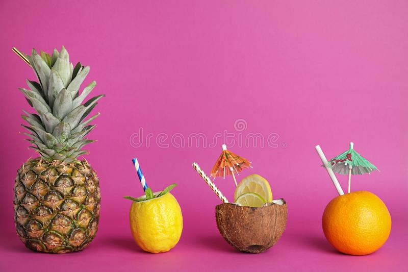 Idérik bild av sommarcoctailar som göras med frukter och kokosnöten royaltyfri foto