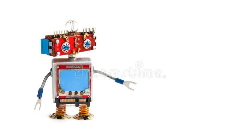 Idérik designrobot på vit bakgrund Den röda huvudroboten leker med den tomma blåa skärmen, kopieringsutrymme fotografering för bildbyråer