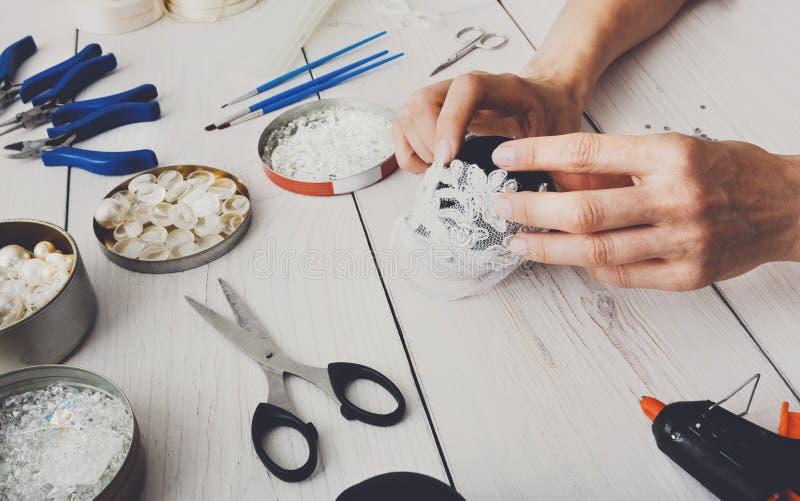 Idérik diy hantverkhobby Handgjord julgarnering, bollar och girland royaltyfri foto