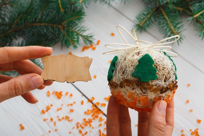 Idérik diy hobby Handgjord boll för hantverkjulgarnering med trädet arkivfoto