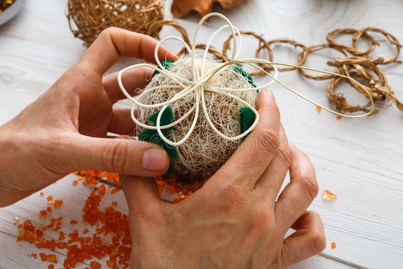 Idérik diy hobby Handgjord hantverkjulgarnering, bollar och girland arkivbild