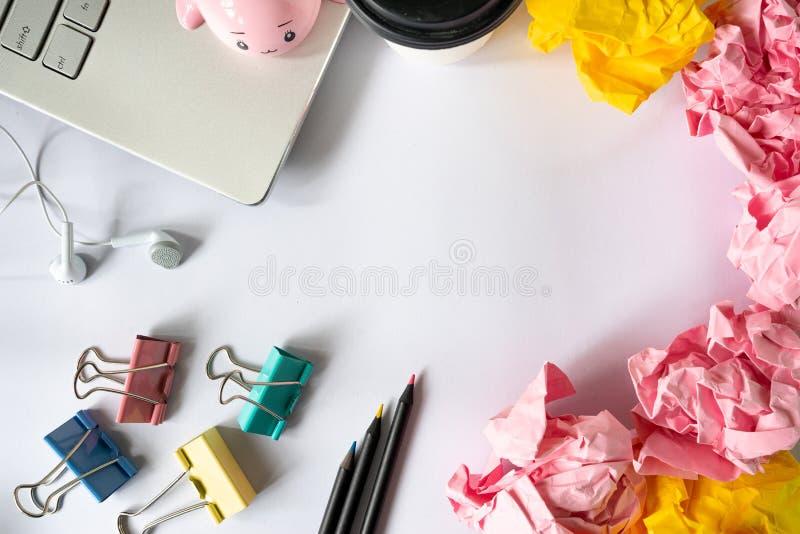 Idérik färgglad kontorstillbehör och smulad pappers- boll på royaltyfri bild