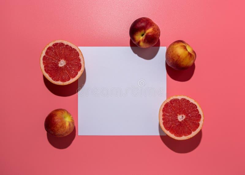 Idérik fruktsammansättning på rosa bakgrund med hårda skuggor Minsta begrepp f?r sommar royaltyfri fotografi