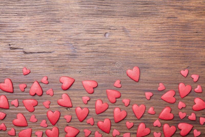 Idérik gräns för valentindag Röda hjärtor på bästa sikt för träbakgrund Utrymme för att hälsa text royaltyfri fotografi