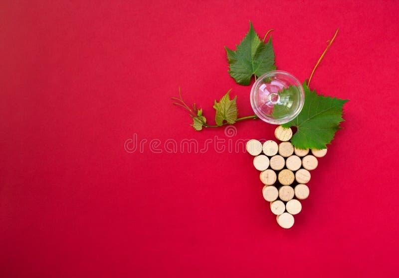 Idérik grupp av druvor med vinexponeringsglas och kopia-utrymme royaltyfri foto