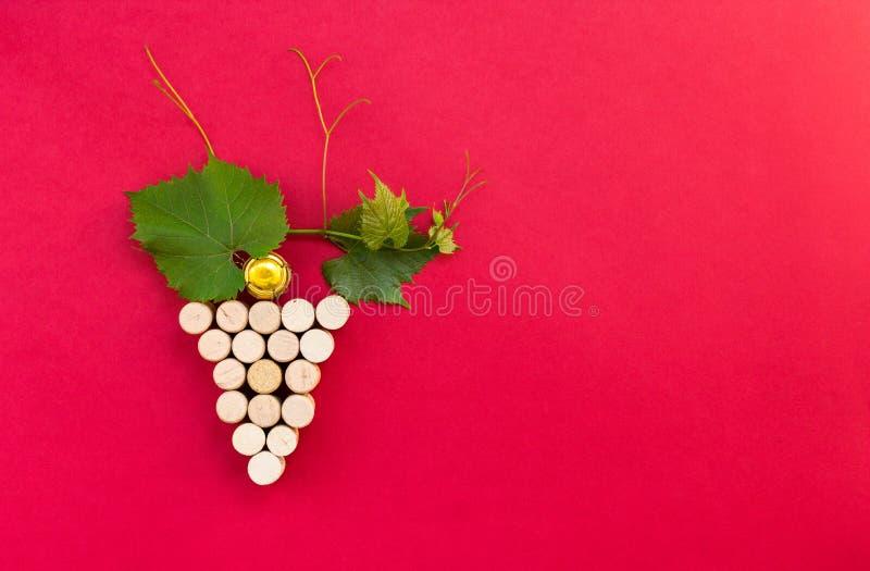 Idérik grupp av druvor som göras av kork arkivfoto