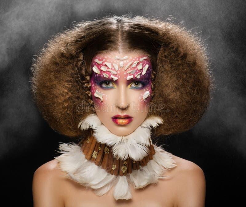 idérik hårmakeup Härlig kvinna från en vildatrib royaltyfri fotografi