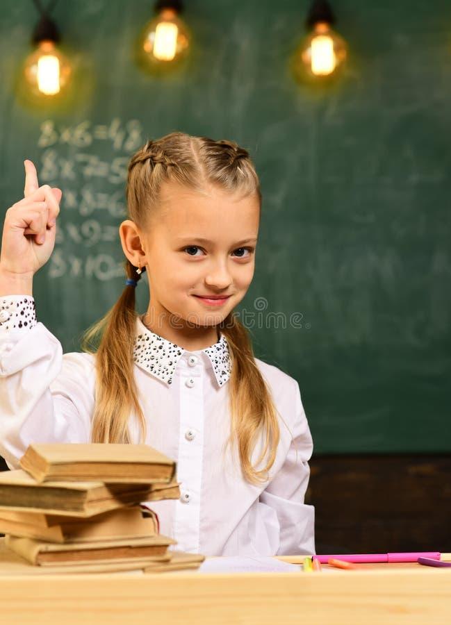 idérik idé idérik idé av den lilla ungen i skola flickan har idérik idé idérik idé och inspirationbegrepp arkivfoton