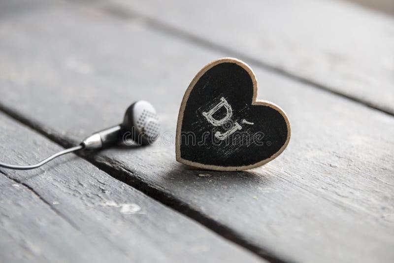 Idérik idé för discjockeymusik, hjärta med text och skalm royaltyfria foton