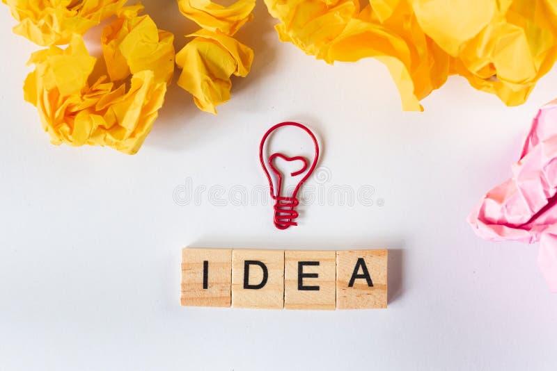 Idérik idé och innovationbegrepp med den ljusa kulan och papper royaltyfri foto