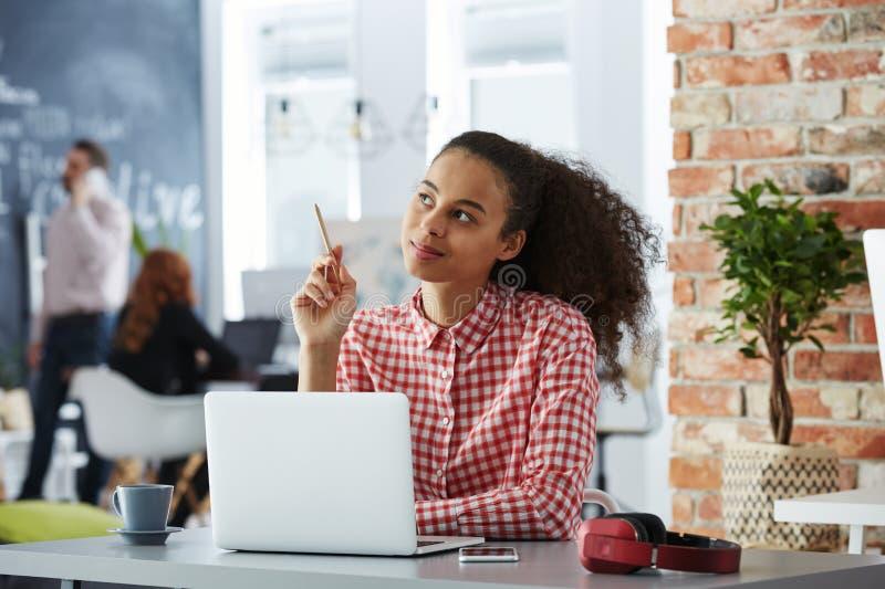 Idérik kvinna i coworking kontor fotografering för bildbyråer