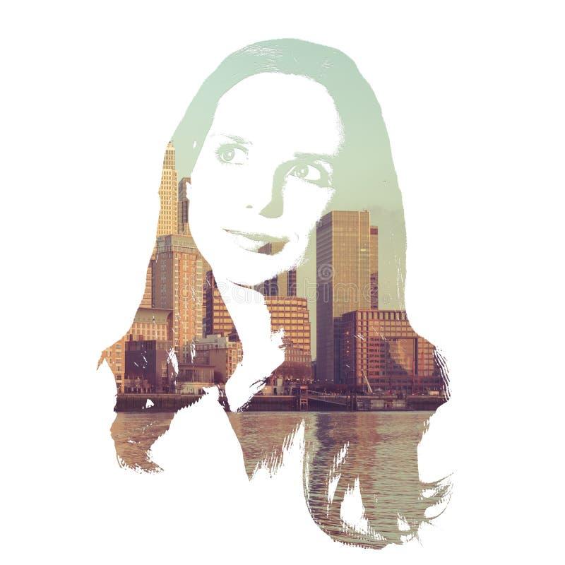 Idérik kvinna som tänker mot en modern cityscape arkivbilder