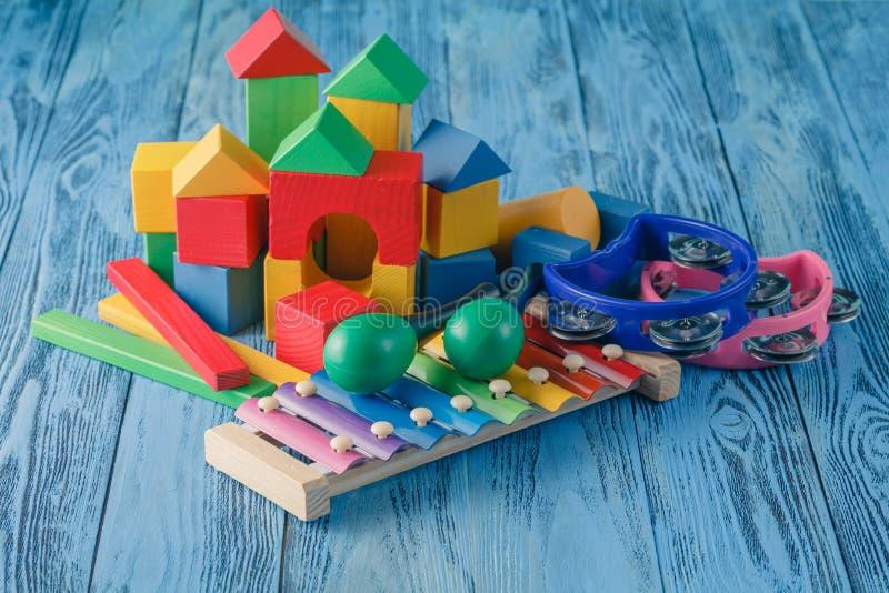 Idérik leksak för unge Musikinstrument på träblå bakgrund royaltyfri fotografi
