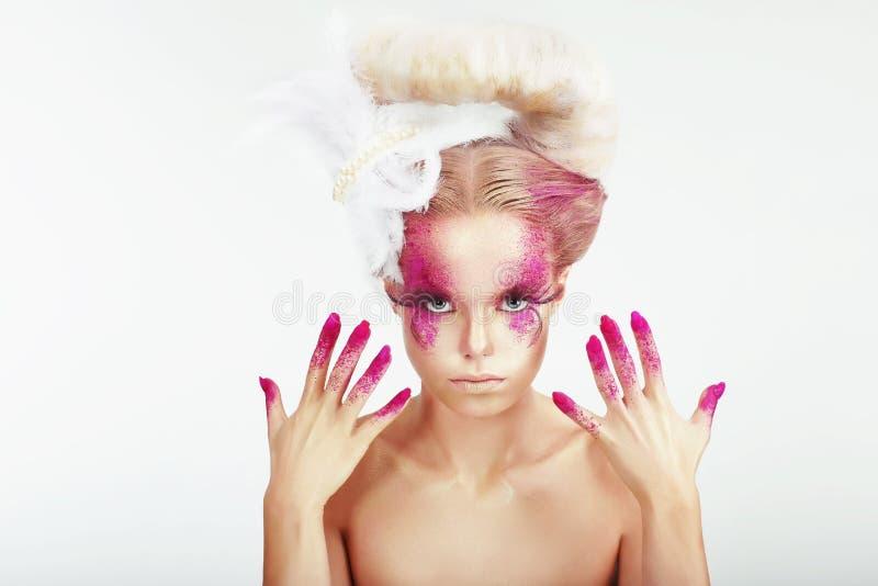 idérik makeup Kvinnas prickiga framsida och nedfläckade fingernaglar arkivbilder