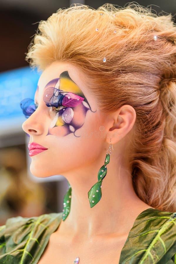 Idérik makeupshow på festivalen av skönhet arkivfoton