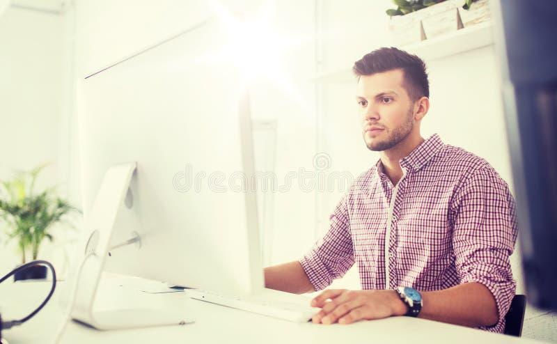 Idérik man eller student med datoren på kontoret royaltyfri fotografi