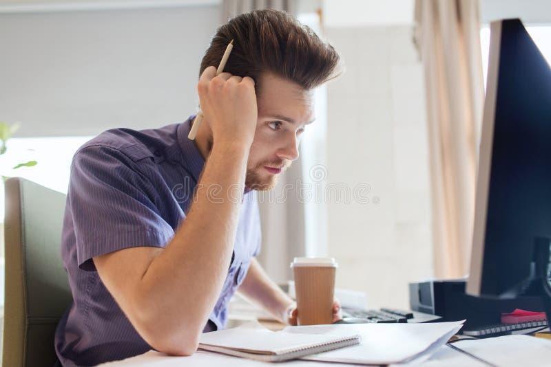 Idérik manlig kontorsarbetare med att tänka för kaffe royaltyfri bild