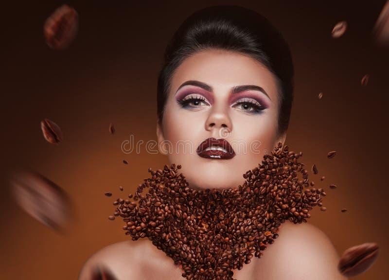 Idérik photomanipulation med kaffebönor och skönhetkvinnan arkivbild