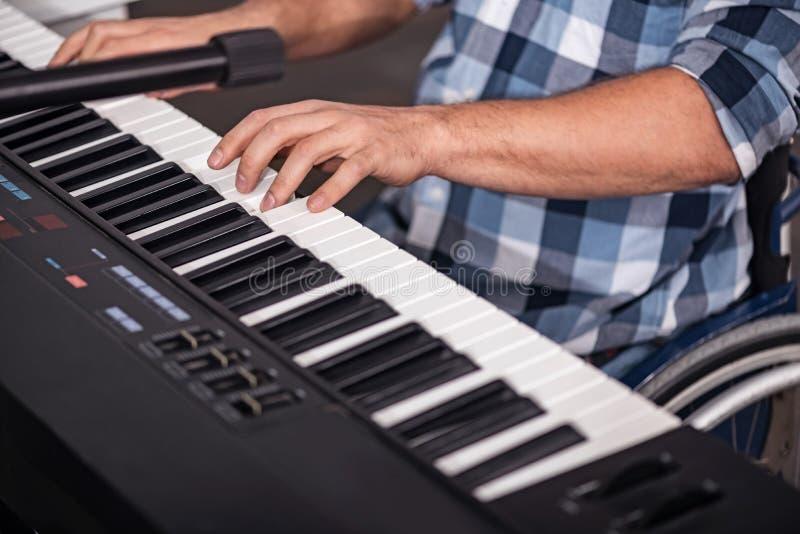 Idérik rörelsehindrad gentleman som förbättrar hans musikexpertis arkivbild
