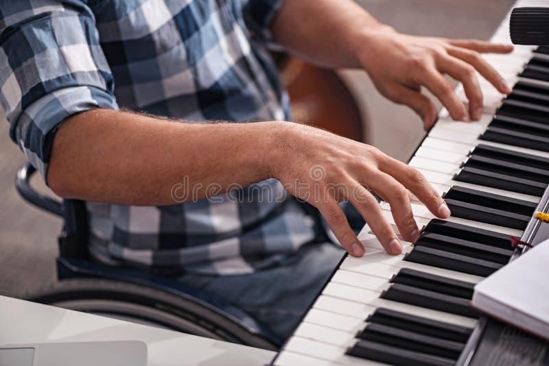 Idérik rörelsehindrad person som spelar pianot fotografering för bildbyråer