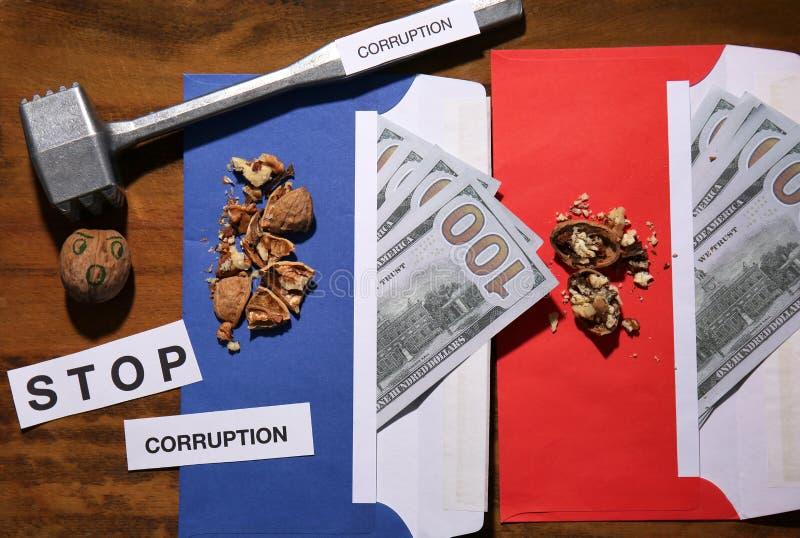 Idérik sammansättning med pengar och hammaren på träbakgrund Begrepp av den hårda muttern och korruption royaltyfria bilder