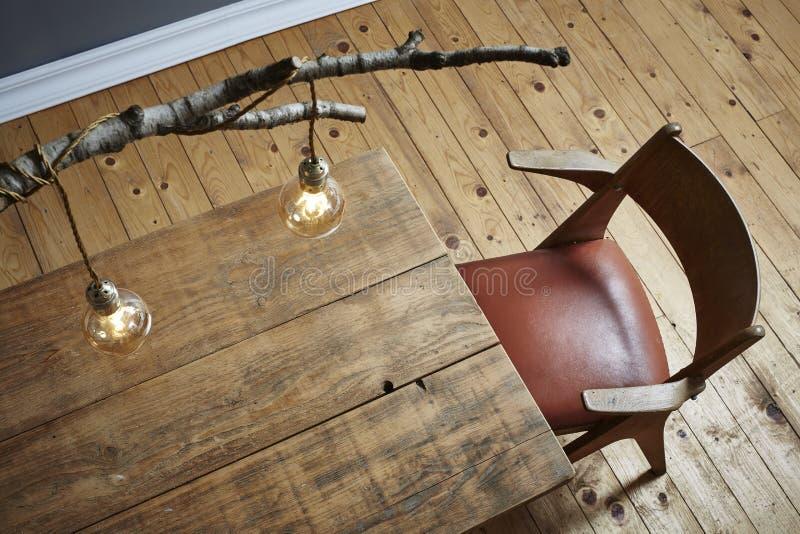 Idérik skrivbords- modern livsstilbjörklampa och trätabell fotografering för bildbyråer
