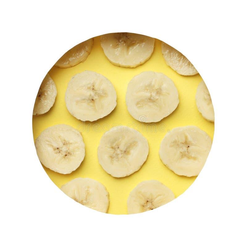 Idérik sommarmodell som göras av knäpp skiva på pastellfärgad gul bakgrund fotografering för bildbyråer