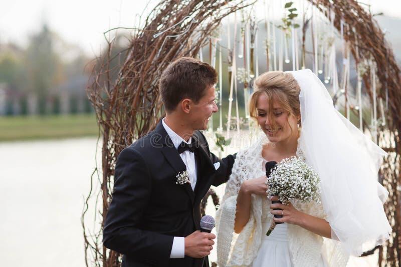 Idérik stilfull brud och groo för bröllopceremoni elegant blond royaltyfri fotografi