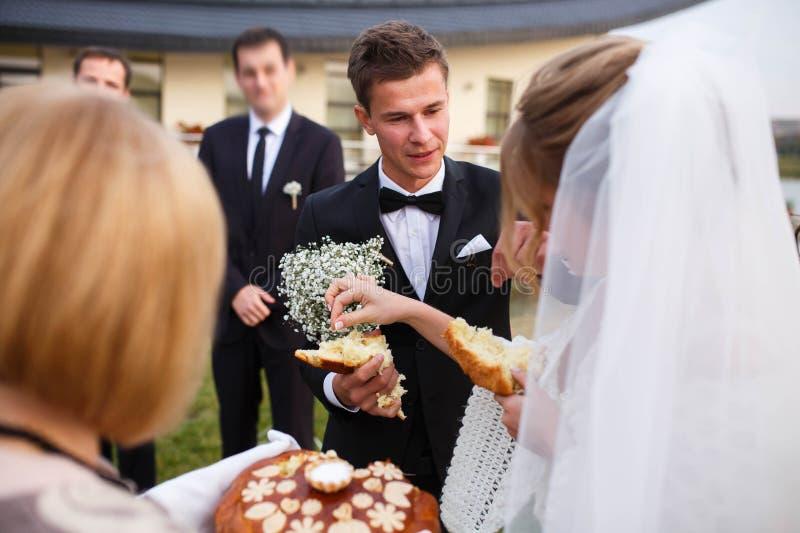 Idérik stilfull brud och groo för bröllopceremoni elegant blond arkivfoto