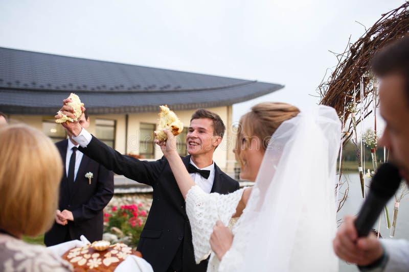Idérik stilfull brud och groo för bröllopceremoni elegant blond arkivbilder