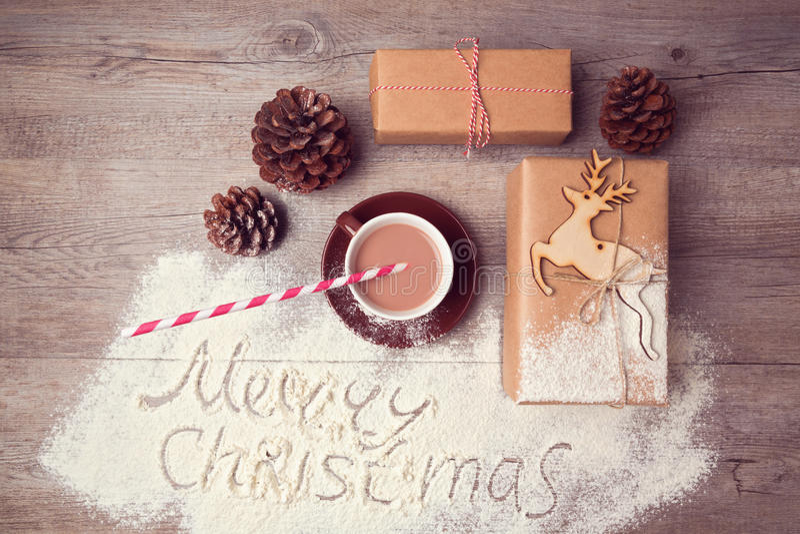 Idérik stilleben för glad jul med gåvaaskar och koppen av choklad ovanför sikt royaltyfri foto