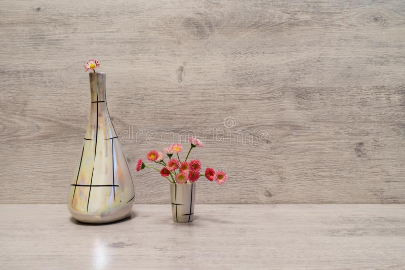 Idérik stilleben för sommar i minsta stil Vita och rosa Marg royaltyfria bilder