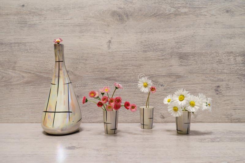 Idérik stilleben för sommar i minsta stil Vita och rosa Marg royaltyfri foto