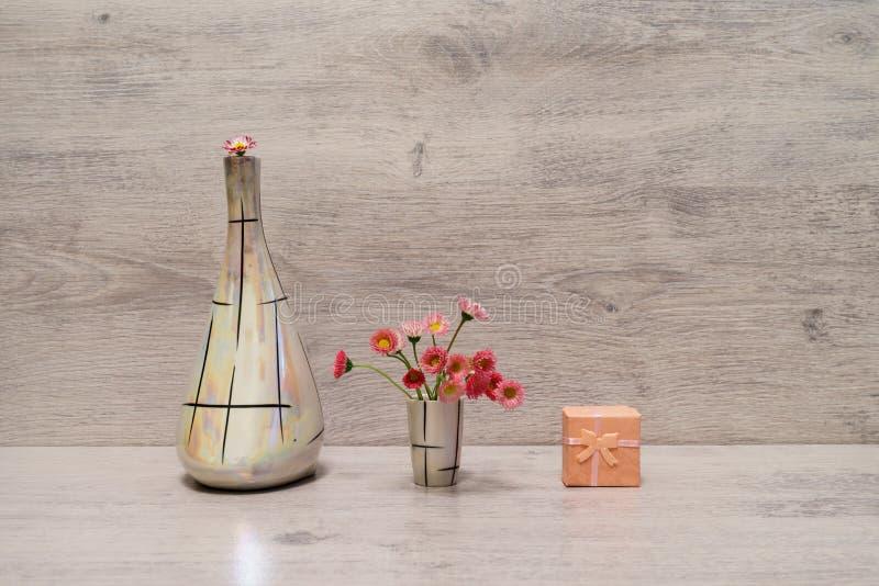 Idérik stilleben för sommar i minsta stil Vita och rosa Marg arkivfoton