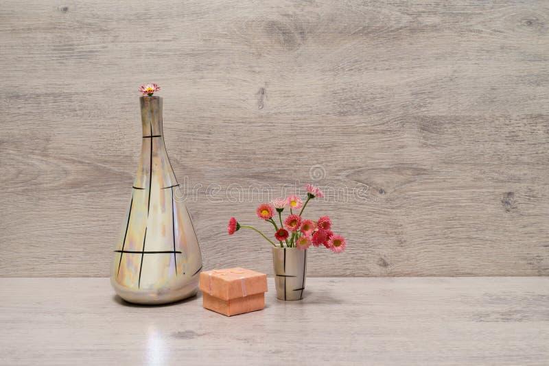 Idérik stilleben för sommar i minsta stil Vita och rosa Marg arkivfoto