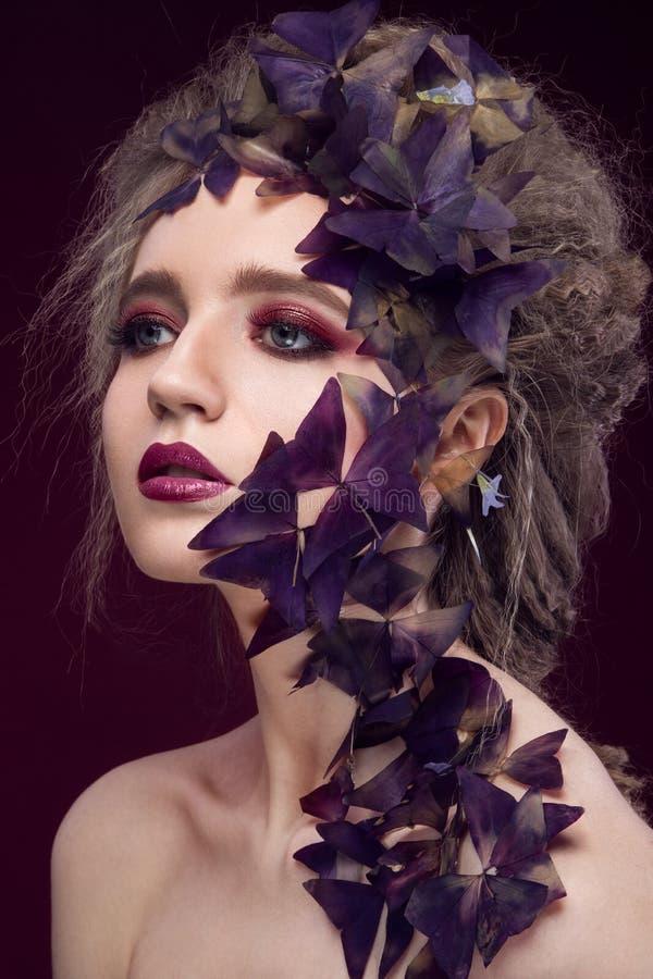 Idérik trendig bild, flicka med ett ljust royaltyfri foto