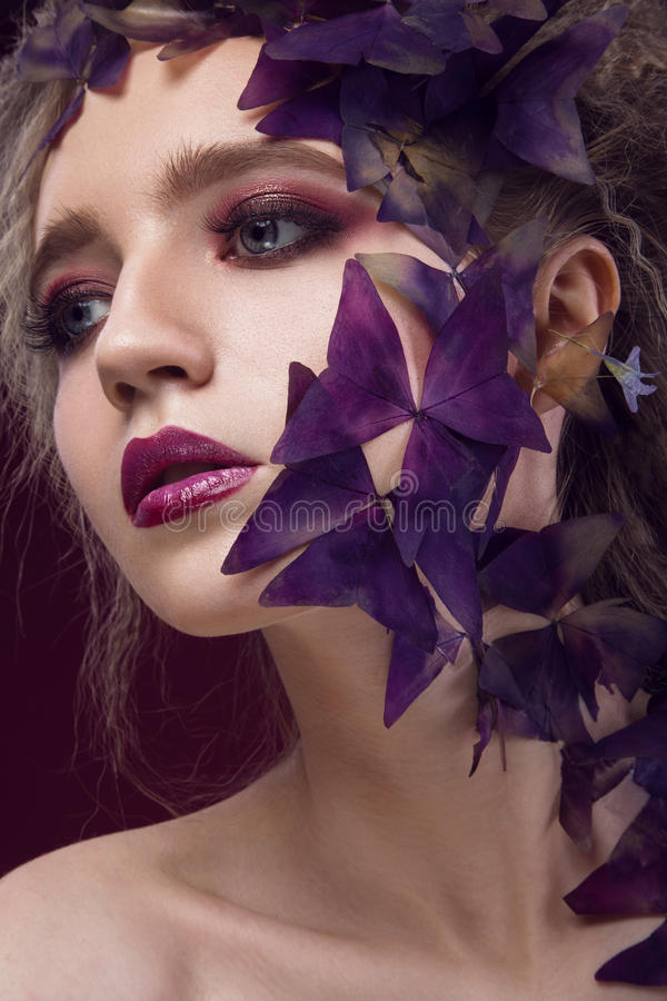 Idérik trendig bild, flicka med ett ljust royaltyfri bild