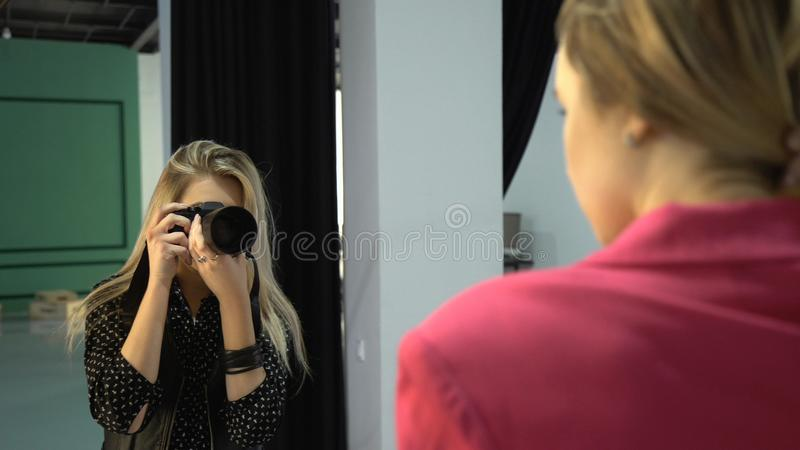 Idérik workspace för i kulisserna modefotografi royaltyfri bild