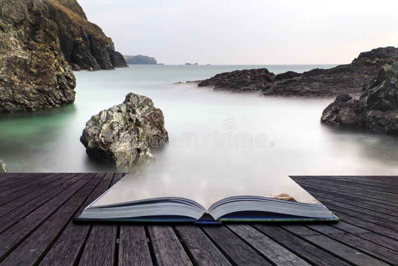Idérika begreppssidor av för exponeringsKynance för bok långt tidvatten liten vik arkivbild