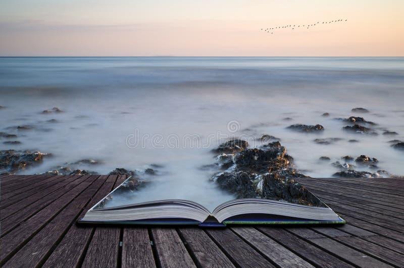 Idérika begreppssidor av lång exponering för boken landskap stenig sho royaltyfri foto