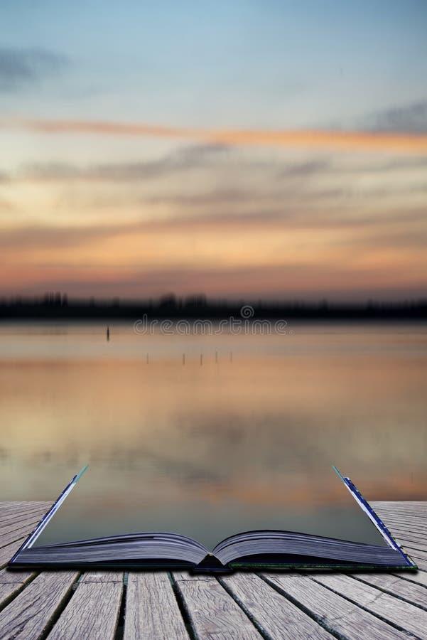 Idérika begreppssidor av landskap VI för solnedgång för boksuddighetsabstrakt begrepp arkivfoton