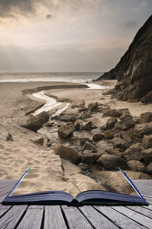 Idérika begreppssidor av sand för bokPorthcurno guling sätter på land befo fotografering för bildbyråer