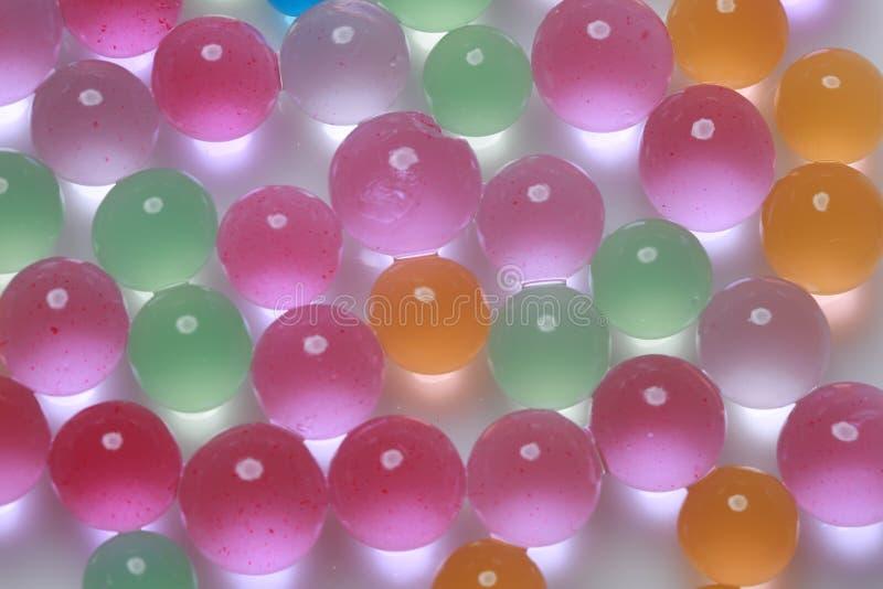 Idérika färgglade gelly bollar i mjukt ljus arkivfoto
