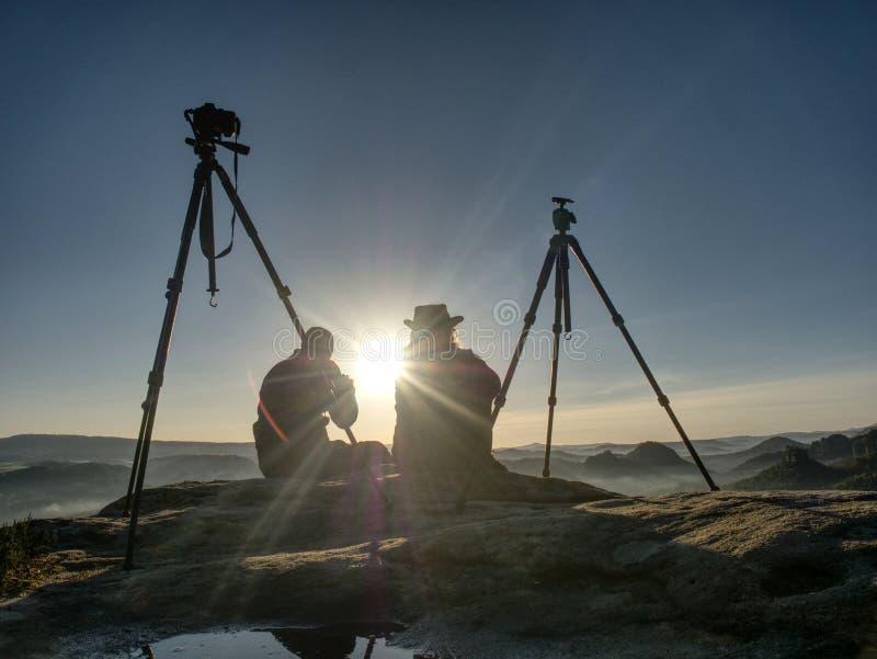 Idérika konstnärer blir på egna kameror på tripoder Fotvandrare och entusiaster arkivfoto