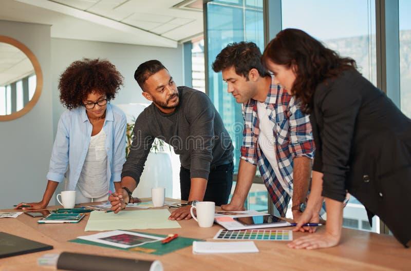 Idérika professionell som har ett möte i styrelse royaltyfri bild