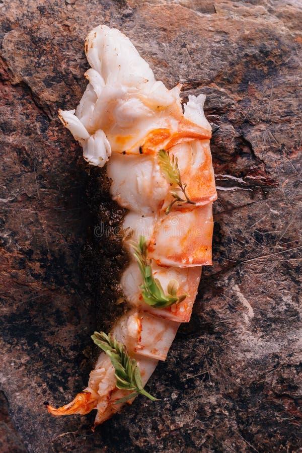 Idérikt äta middag för bot: Den grillade humret och grillad havre tjänade som i naturlig stenformplatta arkivbilder