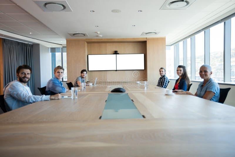 Idérikt affärslag som har ett möte i konferensrum royaltyfria bilder