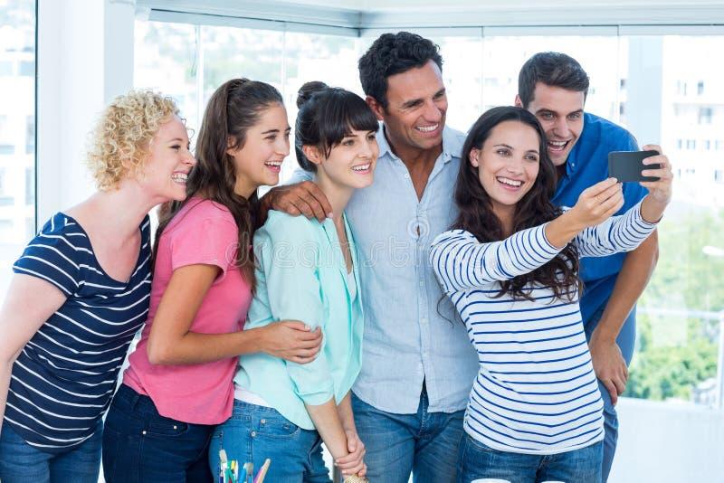 Idérikt affärslag som tar en selfie royaltyfria foton